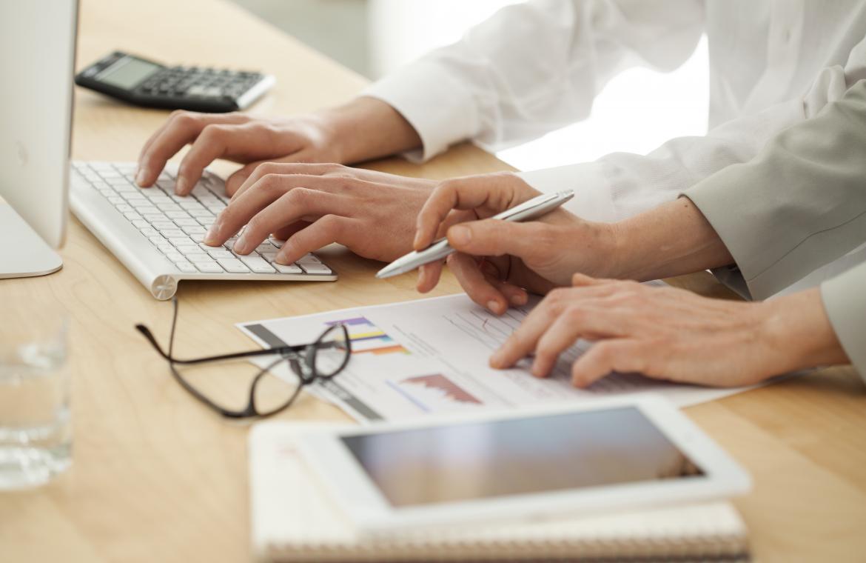 Händer som skriver på ett tangentbord