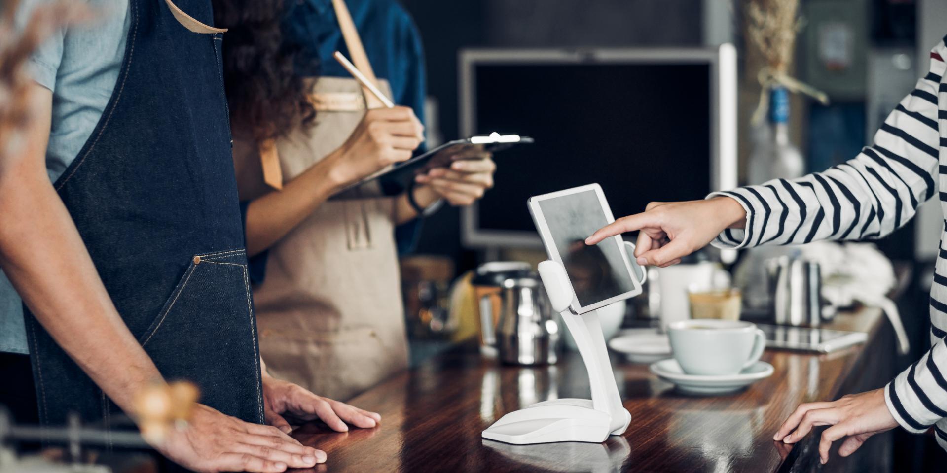 Kvinna tar emot beställning vid en disk