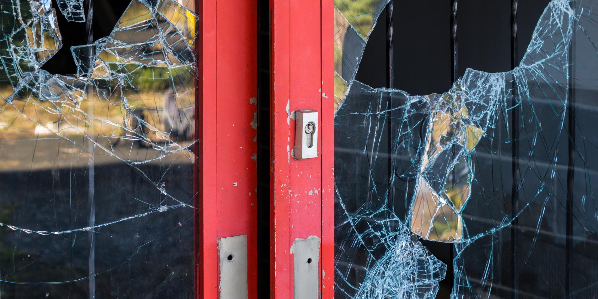 Dörr med krossat glas